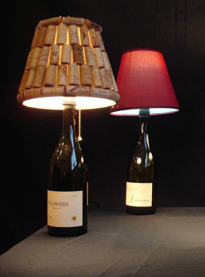настольные лампы из винных бутылок и пробок