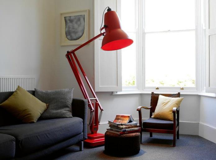 красный светильник в виде большой настольной лампы
