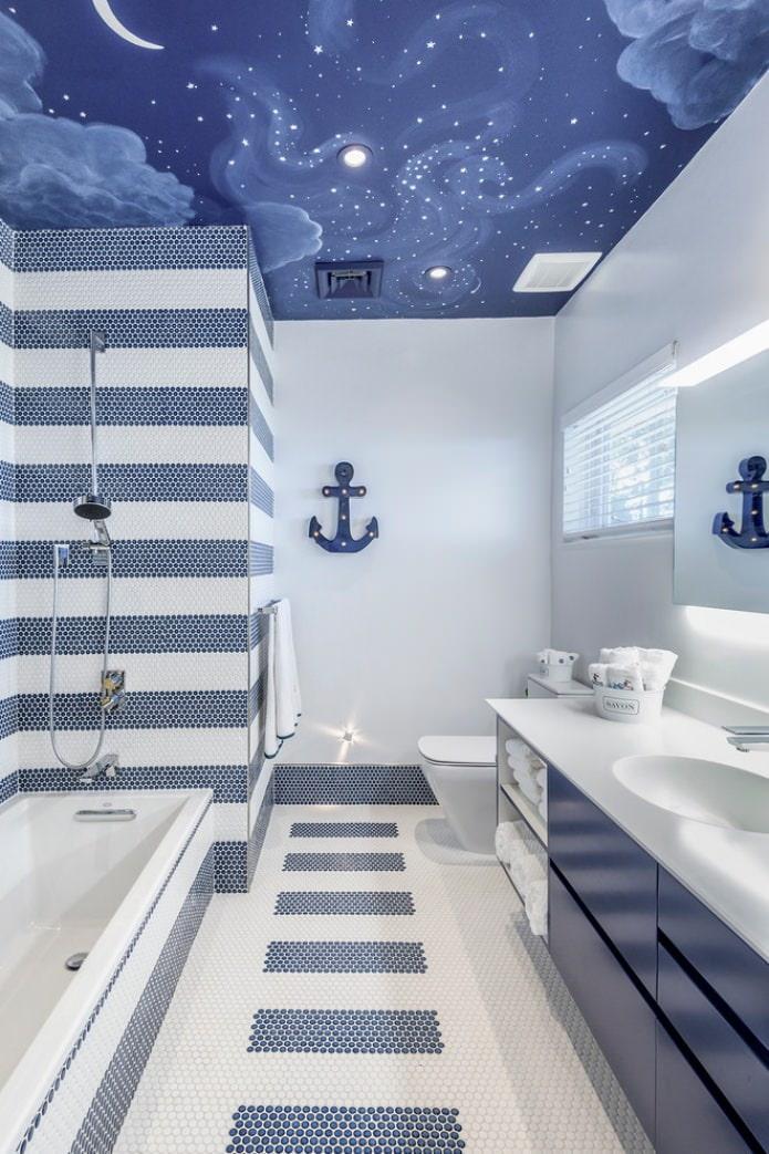 бело-синяя ванная с натяжным потолком
