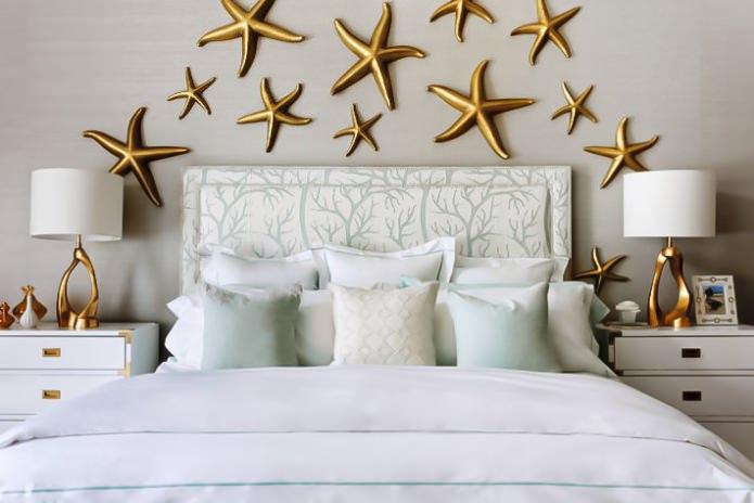 золотые морские звезды на стене
