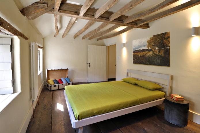 белый окрашенный потолок с деревянными балками