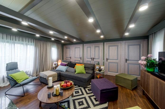 Точечные светильники вмонтированные в балки на потолке