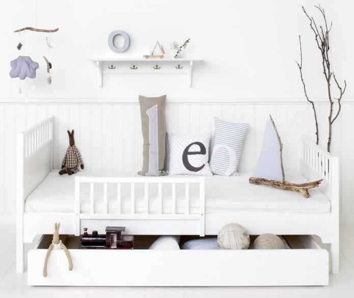 выдвижные ящики в кровати для хранения игрушек в детской комнате