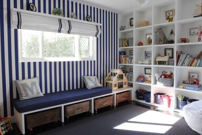 скамья у окна для хранения игрушек в детской комнате