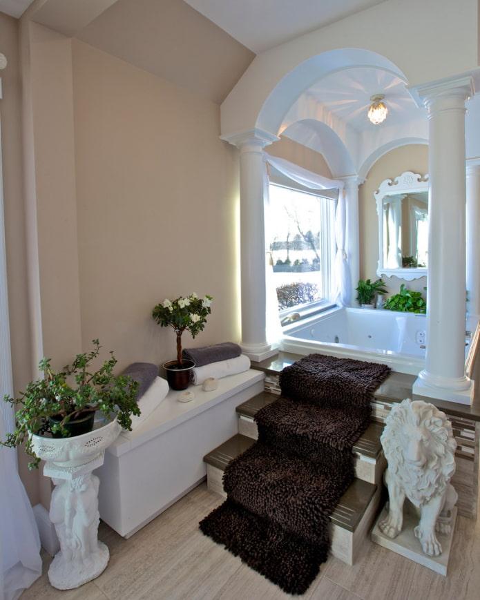 арка с колоннами в ванной