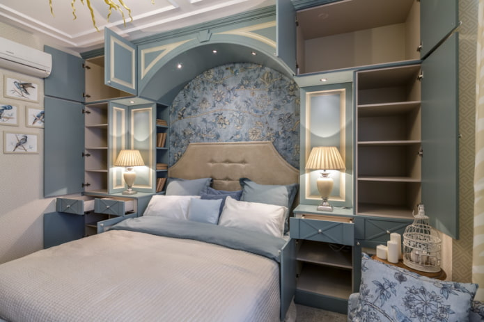 маленькая спальня с аркой в изголовье