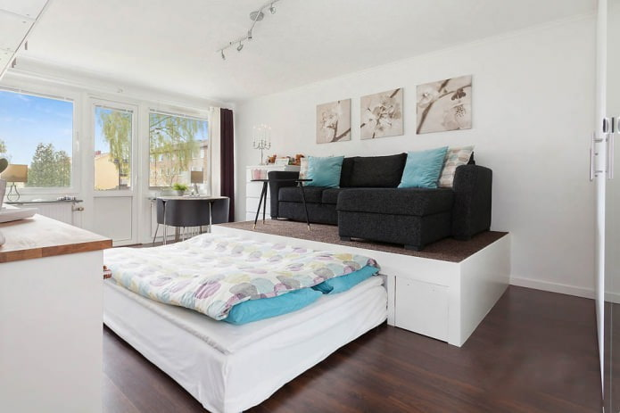 Кровать-подиум в гостиной
