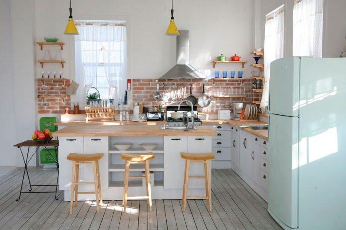 кирпичный фартук в интерьере кухни