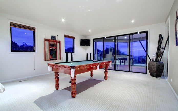 Интерьер бильярдной комнаты в доме