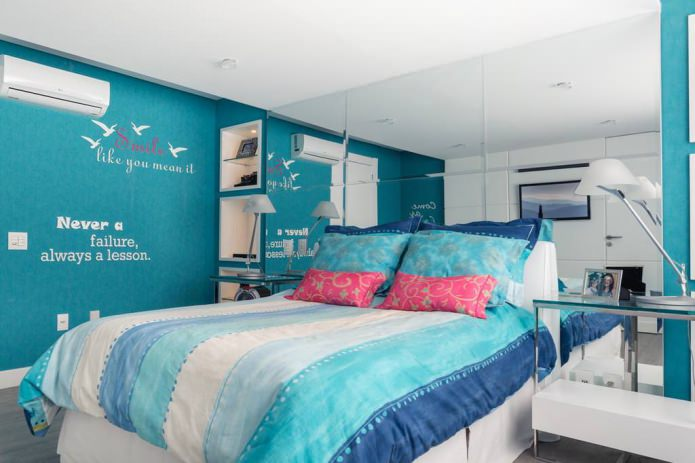 дизайн спальни в бирюзовых тонах с розовыми подушками