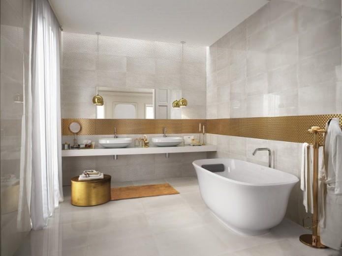 бело-золотая ванная комната