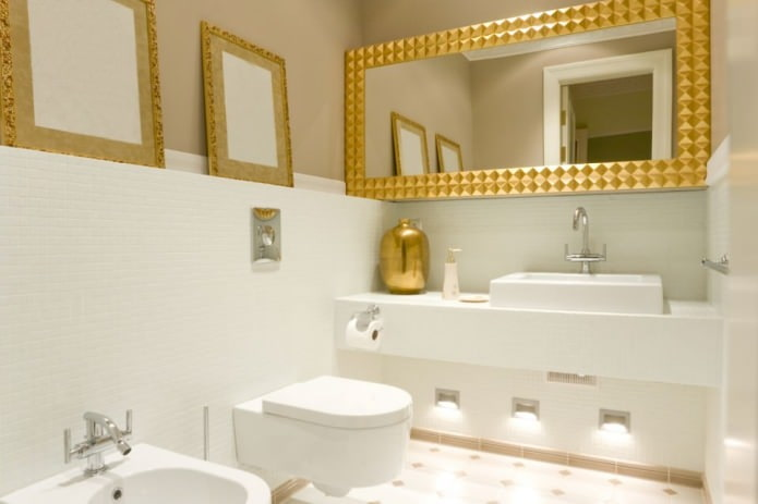 золотые аксессуары в ванной комнате