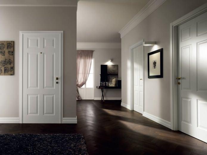 Цветовое сочетание плинтуса, пола и дверей