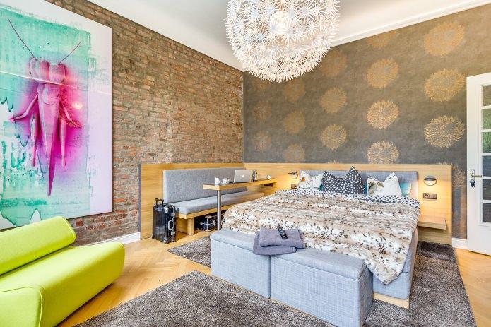 Кирпичная стена в спальне (комбинирование с обоями)