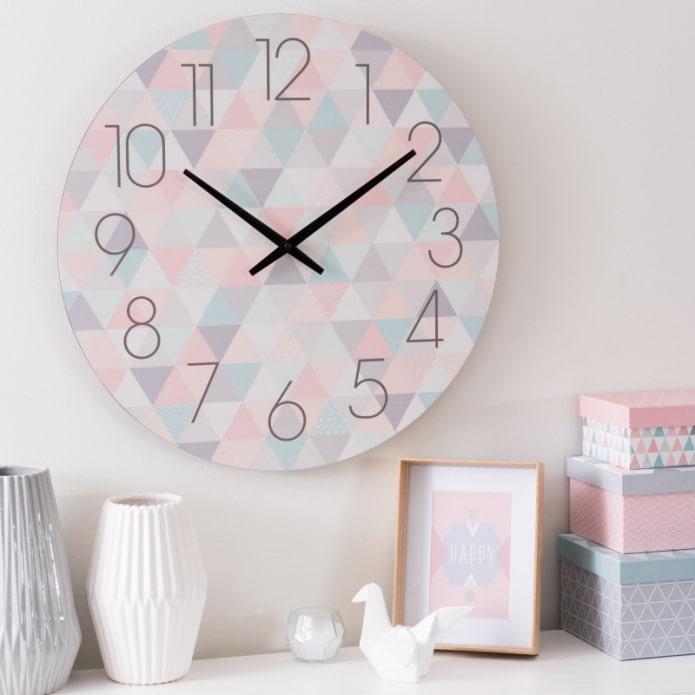 часы в пастельных тонах