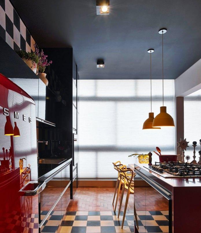 черный потолок в интерьере кухни