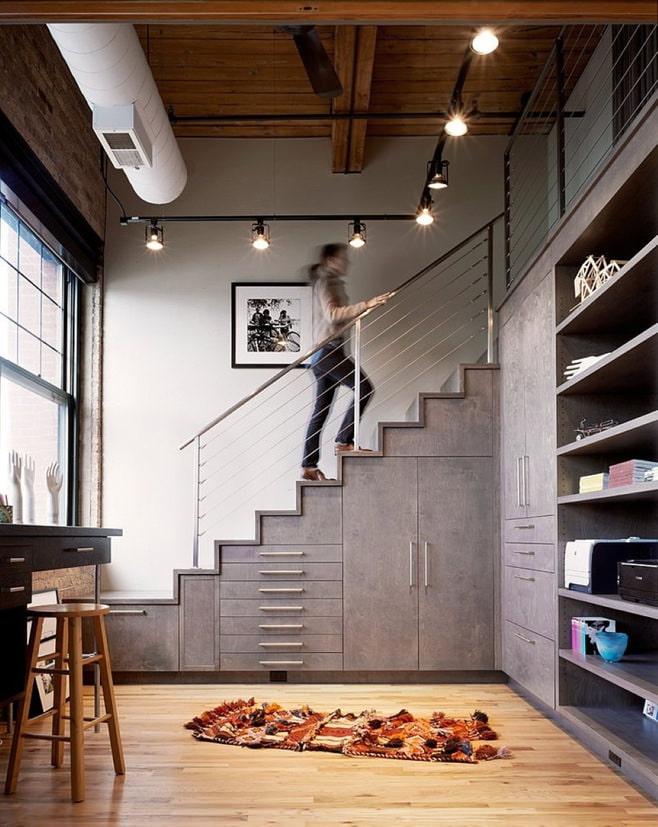 Дизайн под лестницей фото