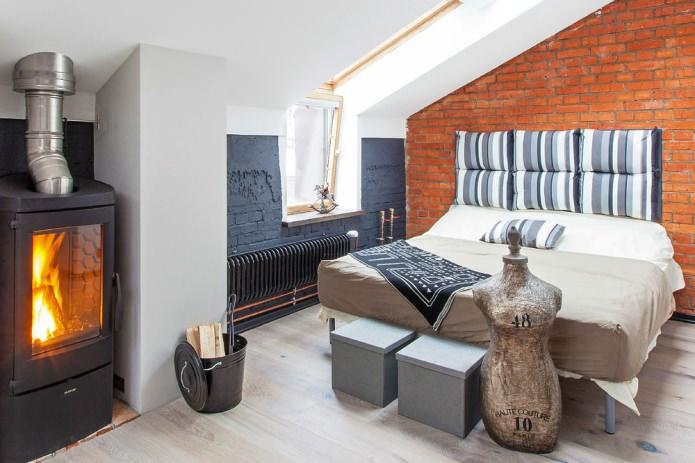 дизайн мансардной спальни с камином в стиле лофт