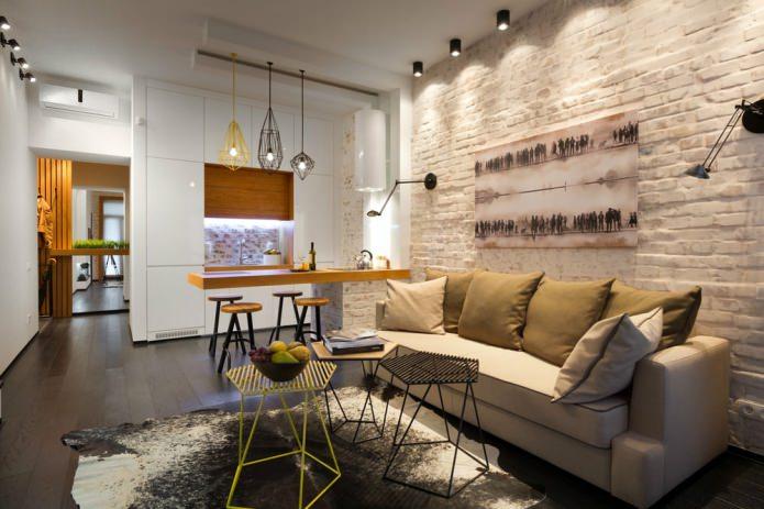 бежевые кирпичные стены в кухне-гостиной