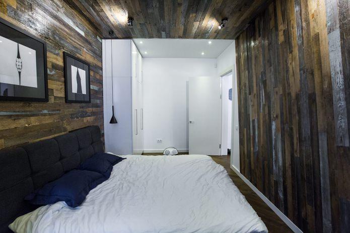 темные доски на стенах и потолке в спальне
