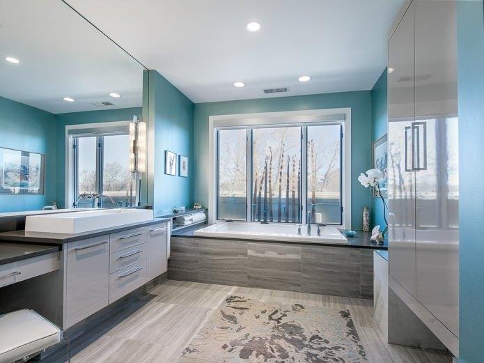 Голубой в интерьере ванной с окном