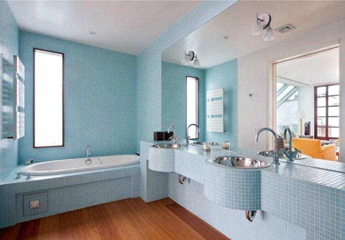 дизайн ванной с голубой мозайкой