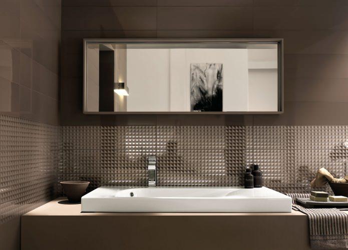 ванная комната с коричневым полом