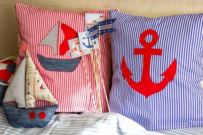 полосатые подушки в морском стиле