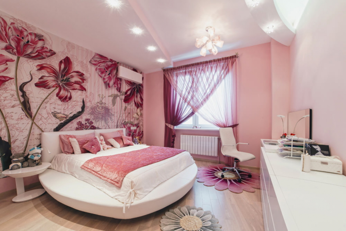 розовые обои и розовые шторы
