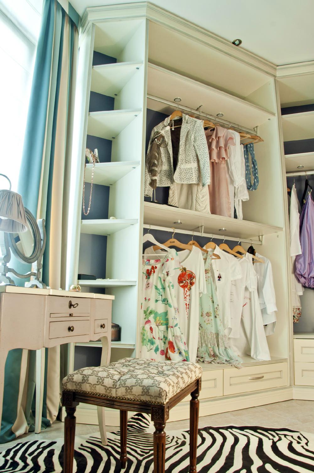 Интерьер балкона с гардеробной комнатой.