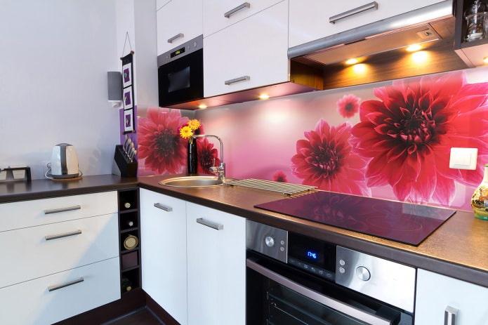 Кухонный фартук с цветами: особенности дизайна, виды материалов