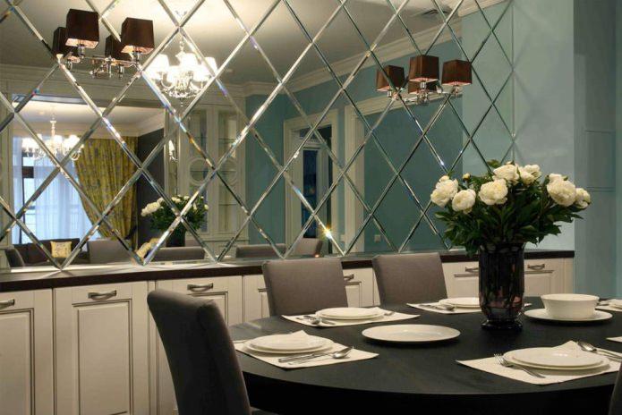 Зеркальная плитка в интерьере: особенности оформления, фото