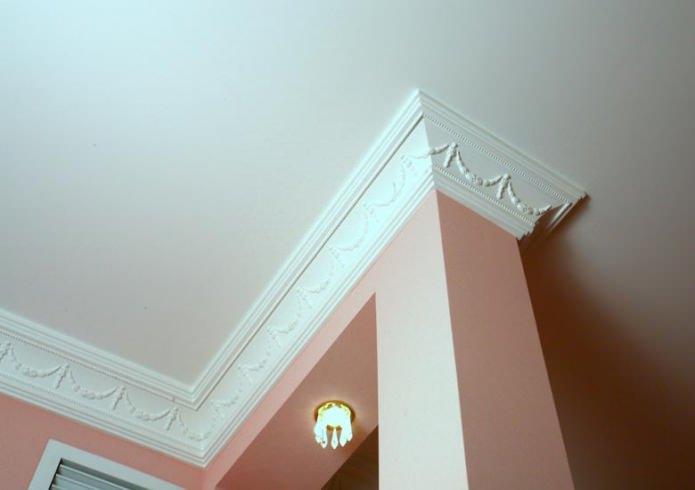 Потолочный плинтус для натяжного потолка: виды, рекомендации по выбору