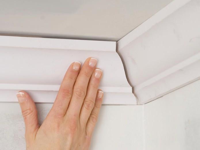 Как приклеить потолочный плинтус к натяжному потолку?