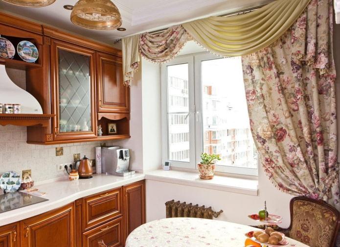 Кухня с ламбрекенами на окнах: виды, формы драпировки, материалы, дизайн, цвет