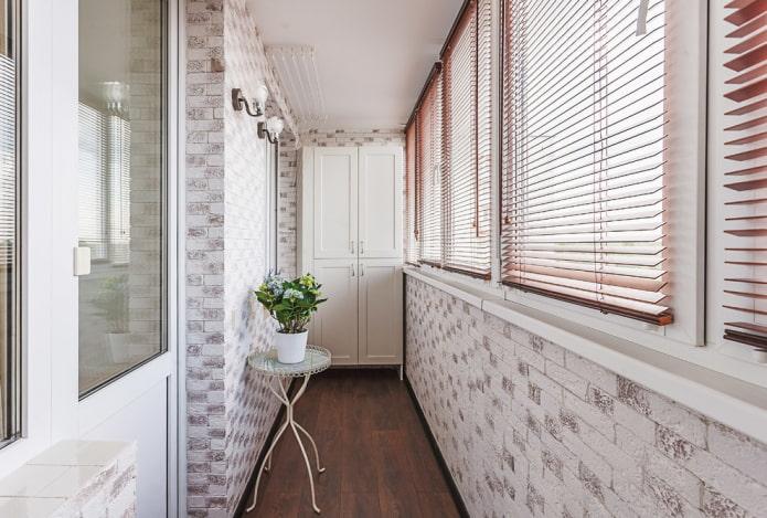 Жалюзи на балкон: особенности выбора, виды, материалы, цветовая гамма, как повесить