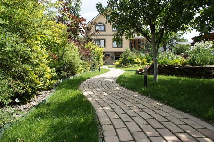Тротуарная плитка: фото вариантов дизайна укладки во дворе частного дома
