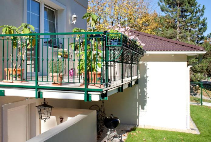 Балкон в частном доме: виды, отделка и дизайн (50 фото)