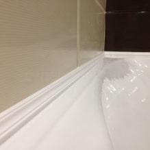 Как заделать стык между ванной и стеной? 8 популярных вариантов