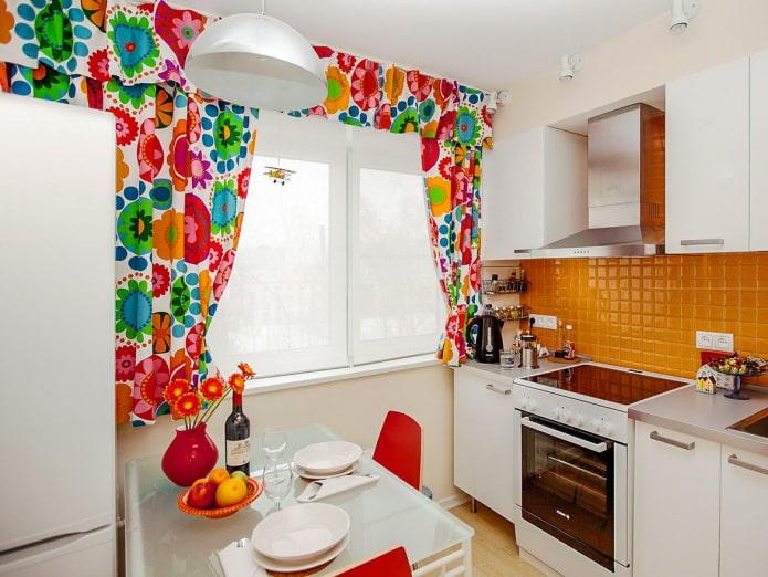 Какие шторы подойдут для маленькой кухни?