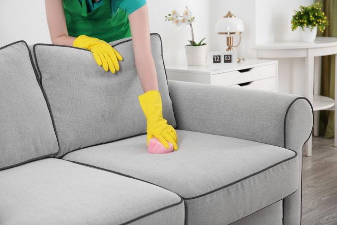 Как отмыть диван от пятен?