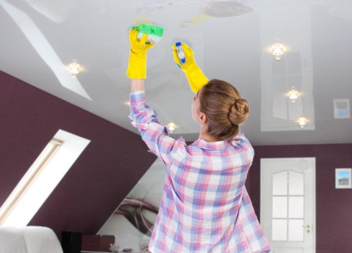 Чем и как правильно мыть натяжной потолок?