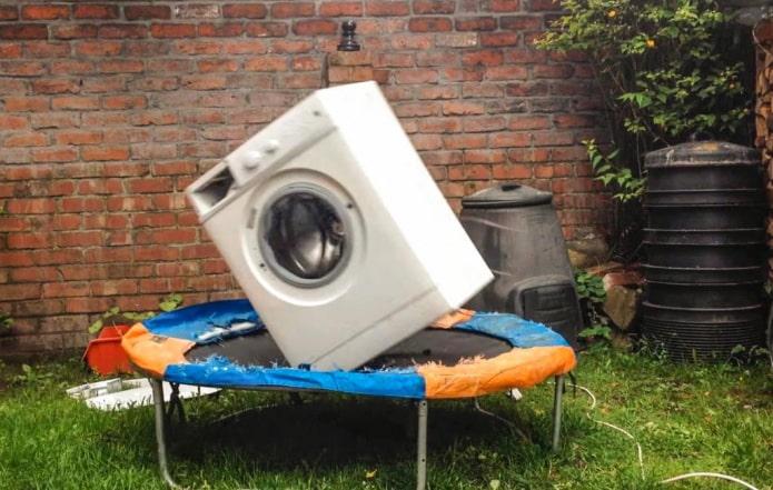 Почему прыгает стиральная машина? 10 причин и их решения