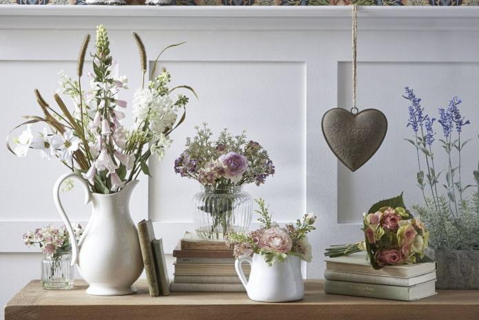 Как украсить дом искусственными цветами?