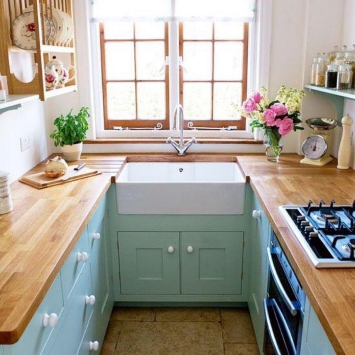 Как обустроить кухню с окном?