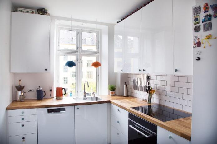 Как обустроить кухню с мойкой у окна?