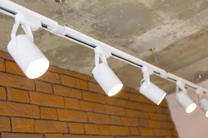 Как выбрать и использовать трековые светильники?