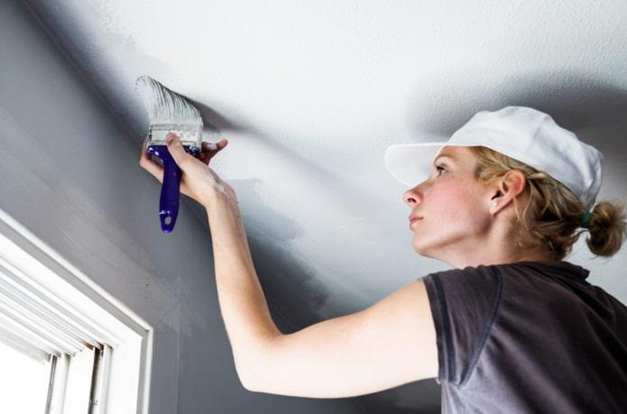 Как и чем правильно побелить потолок?