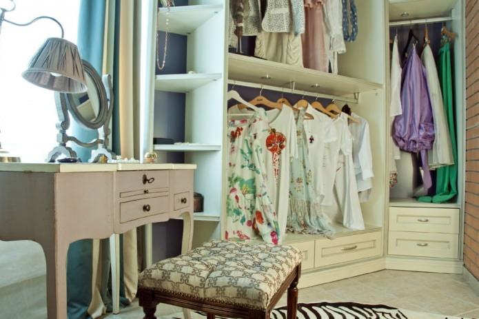 Интерьер балкона с гардеробной комнатой