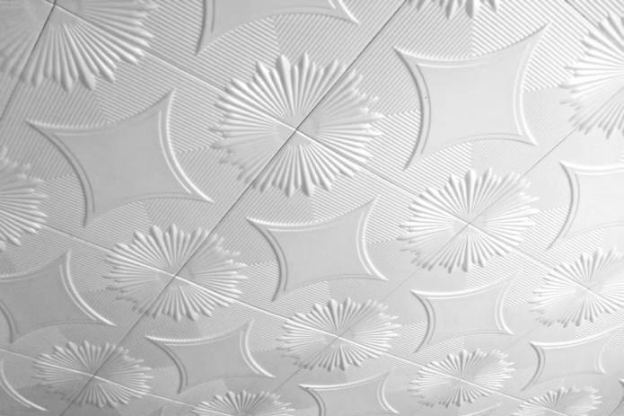 Пенопластовая плитка для потолка: плюсы и минусы, этапы поклейки